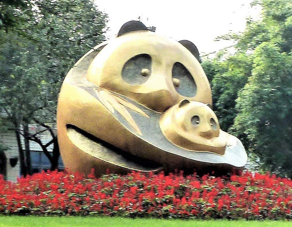 1351357851_Pandadenkmal2inTschngdu.thumb.jpg.d668175cb36ad2fd28d21c2a8db4d22f.jpg